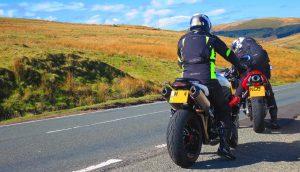 הבריטים רוצים לחייב מכשירי מעקב באופנועים