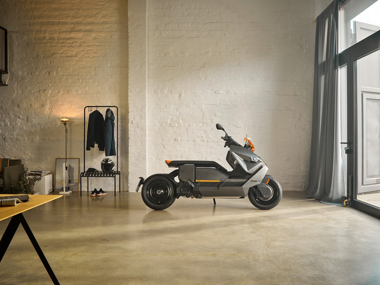 ב.מ.וו חשפה את הסופר-קטנוע החשמלי CE 04