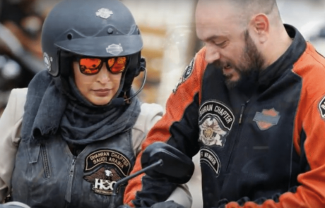 הנשים הסעודיות עולות על האופנוע