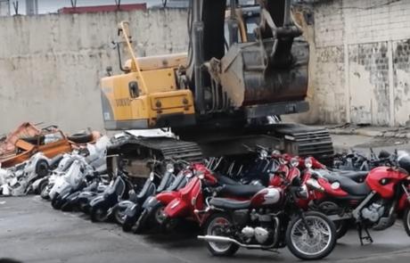 לא לבעלי לב חלש: כשנשיא הפיליפינים החליט להשמיד 122 אופנועים