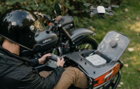 עפים על עצמם: אורל תשווק אופנוע עם רחפן